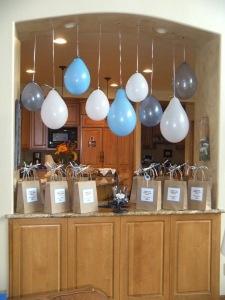 Ballonnen ophangen ipv met helium te vullen. Stuk goedkoper en ziet er leuk uit. Heelveelfeest.nl