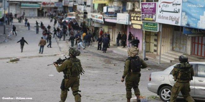 Tentara Israel Culik 35 Warga Palestina  Sementara di kota Ramallah, tentara Israel menculik Mohammad Fahmi Sbeih dari kamp pengungsian al-Jalazoun dan menculik Mojahed al-Asmar dari kota Beit Rima. http://bit.ly/1SXsU17