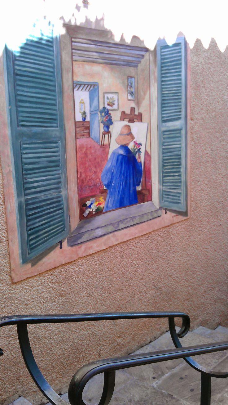 Muurschildering in een zijstraatje in Flayosc, Var, Provence, Zuid-Frankrijk.