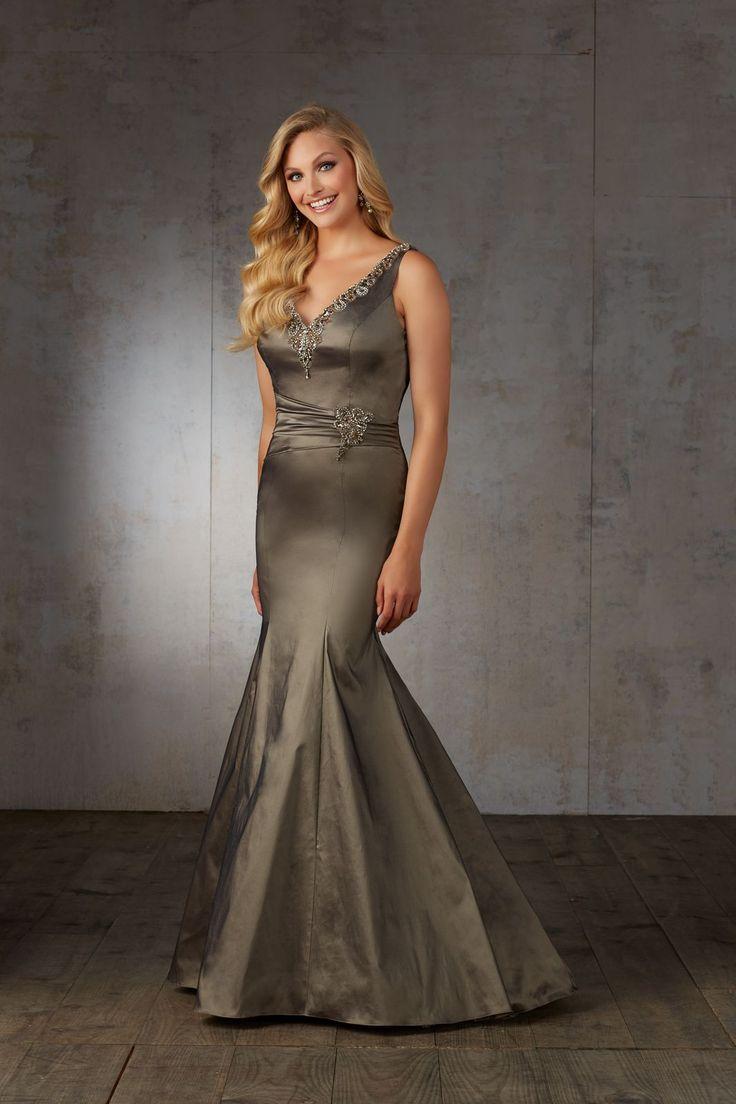 Elegancka, wieczorowa suknia Mori Lee, z tafty i streczu. Dopasowana suknia, z marszczeniem w talii i zdobieniem z koralików. Wykończony …