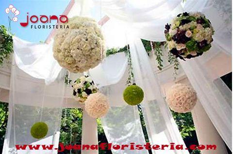 Decoración nupcial con bolas de flores