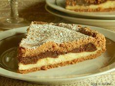 La crostata doppia crema è un dolce composto da una base di friabile frolla al cacao e da due golose creme, una al cioccolato e una pasticcera.