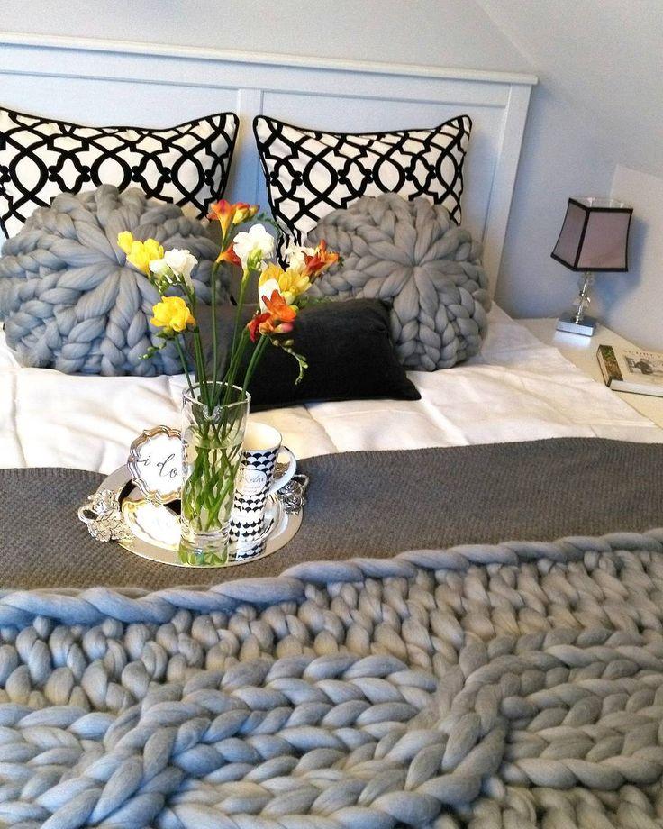 """Polubienia: 218, komentarze: 10 – Wool & fun (@mamachinka) na Instagramie: """"Miłego wieczoru, a później milutkich snów! Cozy evening for you! 🌛🌃🌜 #sypialnia #dekoracjałóżka…"""" #handmade #masterbedroom #decor #mood #armknitting #bulky #blanket"""