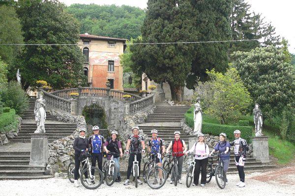 Pedaleremo attraverso paesaggi incantati, respiri aria pulita e superi ogni dislivello ma sempre senza fare alcuna fatica. In sella alla nostra bicicletta elettrica percorreremo la Ciclabile del Brenta, un paesaggio dolce, stretto in un lembo di terra al limite tra l'uniformità della Pianura Padana e le alte cime delle Alpi, da apprezzare con la lentezza che la bici regala. http://www.jonas.it/vacanza_bici_elettrica_italia_1315.html