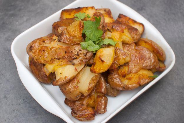 INDISKE POTETER: Kokte poteter smashes, krydres og stekes i ovn, utrolig godt!