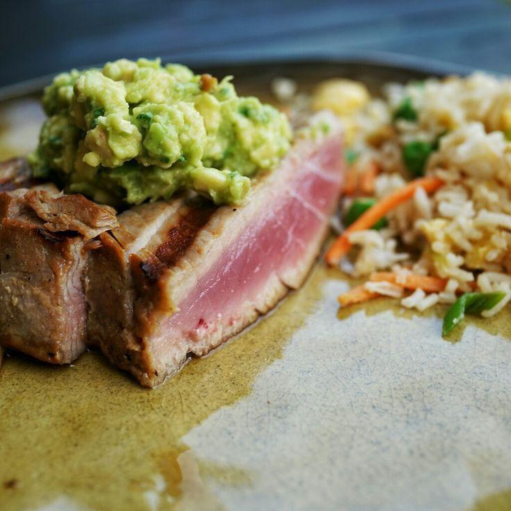 Tonijn in soja-knoflook marinade met avocado-wasabi crème en Japanse gebakken rijst