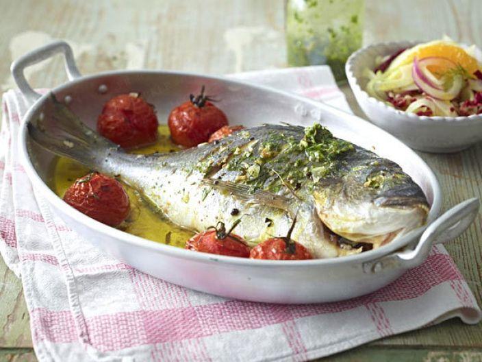 Запеченная дорада с сальсой и амальфитанским салатом. Амальфитанское побережье Италии славится своей кухней. Свежая рыба и морепродукты, приправленные пряными соусами, зеленью и овощами никого не могут оставить равнодушными. Полезны такие блюда всем, кто следит за своим здоровьем.