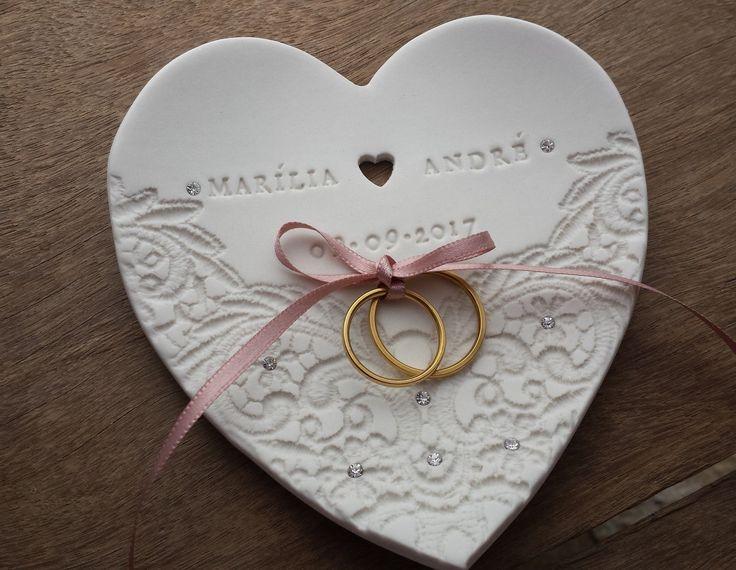 Aqui na Blunie você já pode escolher o seu porta alianças de porcelana ou mandar personalizar como nos seus sonhos! São diversos modelos à sua escolha.
