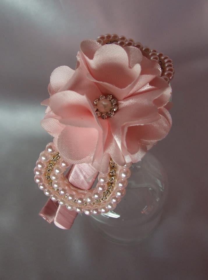 Tiara vazada flor com strass e pérolas. Diversas opções de cores : pérola, branca, rosa, azul, amarela, vermelha, preta e pink.