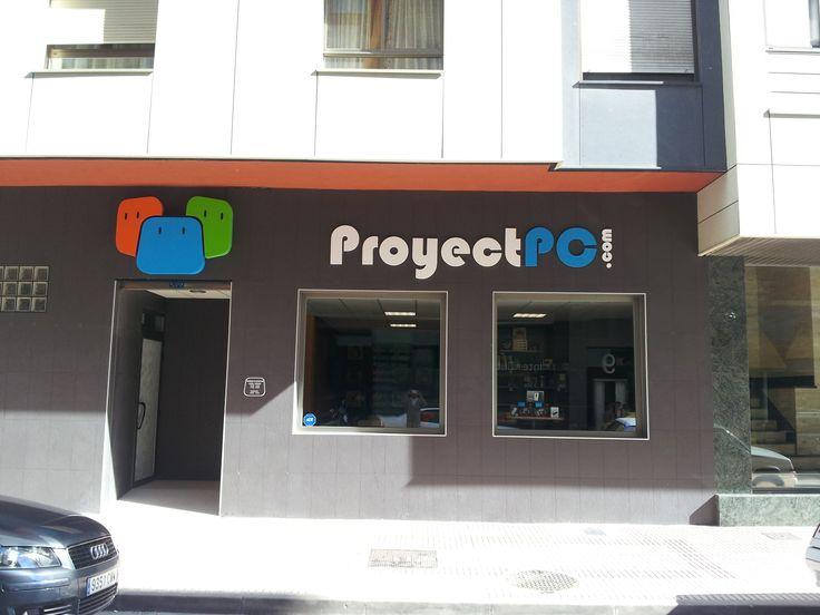 Fachada de tienda electronica atrae por la combinacion for Colores para fachadas