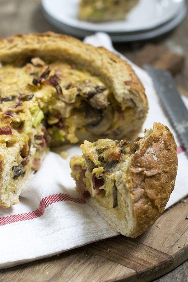In dit recept wordt een quiche in een uitgehold brood gebakken. Hierdoor is de quiche extra goed geschikt als lunchgerecht.