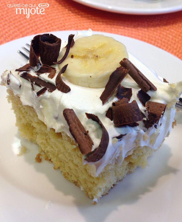 Gâteau à trous de pouding garni de bananes et de copeaux de chocolat #recette