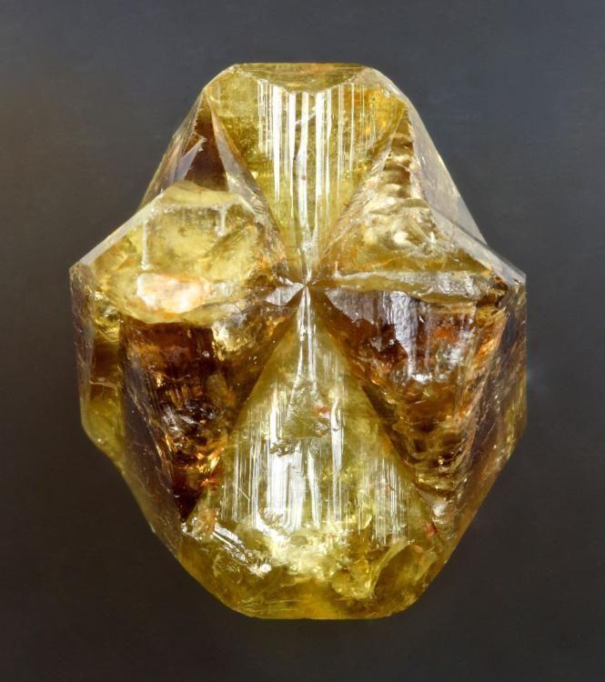 FMF - Foro de Mineralogía Formativa  Crisoberilo, vista lateral de una macla triple Minas Gerais, Brasil  FOTO chrysoberyl_twin_1_763.jpg