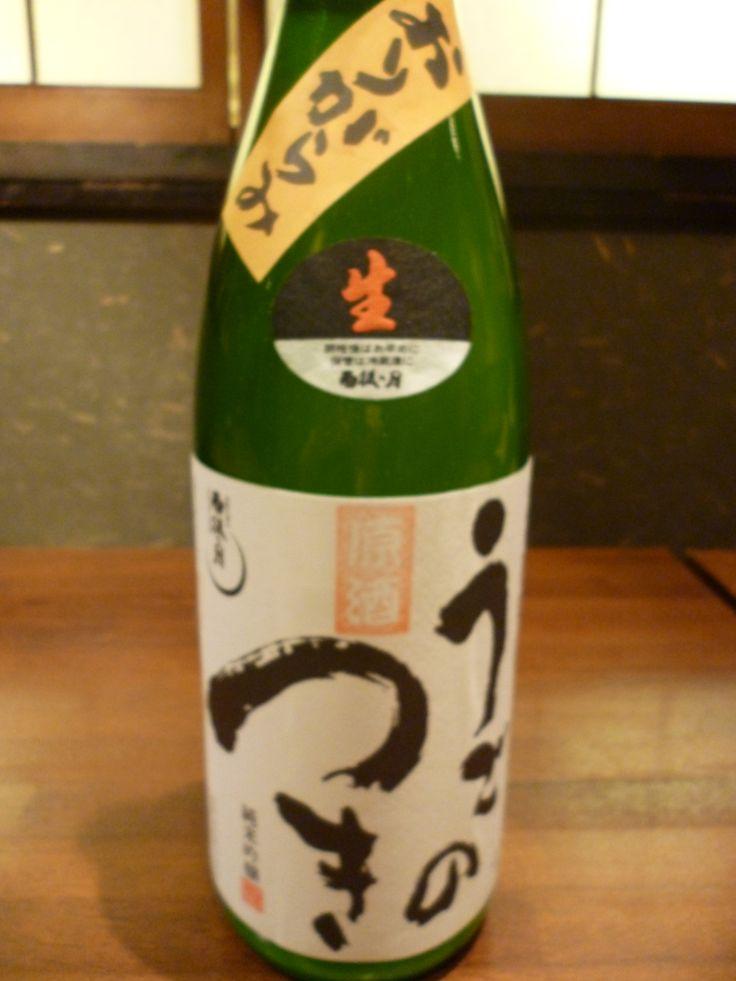 ☆雨後の月 純米吟醸おりがらみ生 ★広島県呉市 ★使用米:山田錦・八反錦 ★精米歩合:麹米50% 掛米60%   雨後の月のおりがらみの生原酒です。一般的に日本酒はもろみを搾る工程である「上槽(じょうそう)」のあとに残った滓(おり)を取り除く「滓引き」という作業をします。より目の細かい布やフィルターを使用して残った滓を取り除く事で普段見かける澄んだ清酒が出来上がります。このあと、瓶詰めして火入れ作業を行い貯蔵後出荷されるのですが この瓶詰めの時に火入れをしないのが「生詰め」、割水しないのが「生原酒」です。 一昔前は「お酒=無色透明な物」というイメージが強く、市場に出回る事がほとんどなかった「おりがらみ」は蔵元さんしか飲めない物でした。この「おり」の部分には生きている酵母が残っていて旨み成分が凝縮されています。酵母が生きていて発酵を続けているので、炭酸ガスが発生していて発泡する物もあり、また開栓直後から時間の経過によって味が変わるのもその魅力の1つです。雨後の月らしい爽やかでやさしい吟醸香とおりがらみならではの甘味と酸味。そして長めの余韻を残して辛さとともにスッと引いていきます。