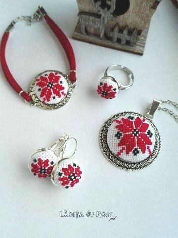 Bijuterii cu motiv traditional Floarea Rosie: medalion, cercei, inel si bratara realizate din broderie manuala pe panza, baze metalice din aliaj metalic rodiat