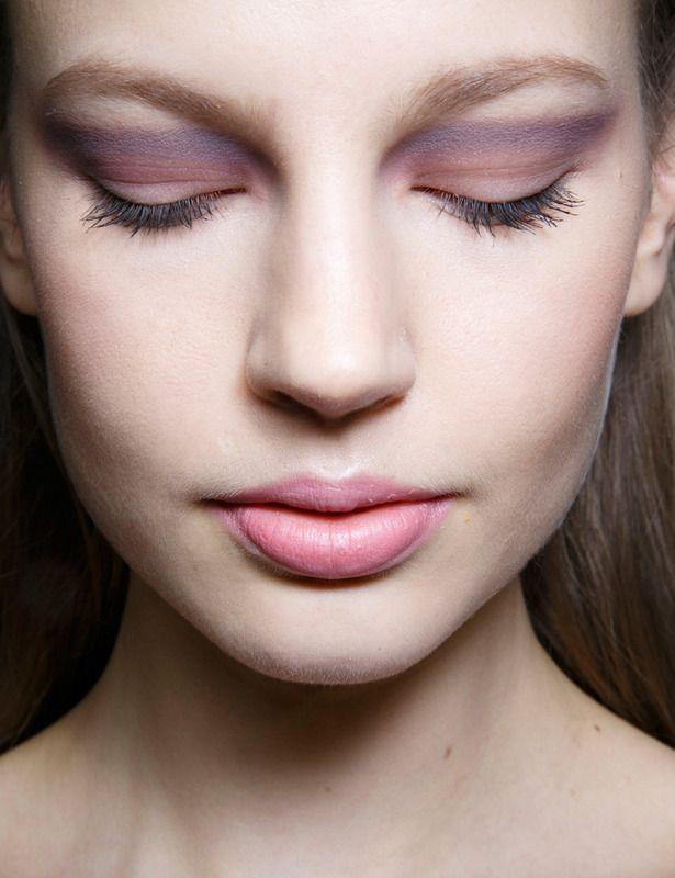 Un maquillaje de ojos de lo más romántico, acorde con las propuestas de pasarela de Elie Saab. Se trata de un degradado en tonos rosas y violetas que se completa con unos labios naturales también en rosa.