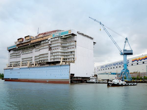 Quantum's sister Anthem of the Seas is on the move. Next stop: the main building hall in the Meyer Werft shipyard.
