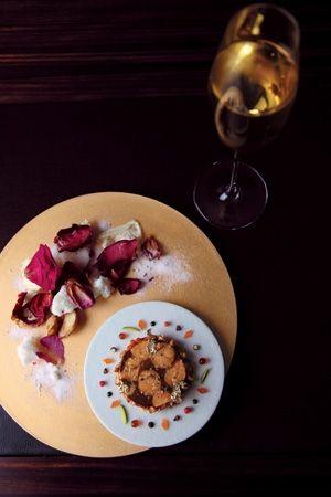 リベルターブル  今夏、デザートをメインに据えた新しい形態のレストランが南青山に登場した。フランス料理店「ランベリー」が、場所を移してリニューアルしたのと同時に、こちらもオープン。「ランベリー」のシェフパティシエ、森田一頼氏が理長となって、「ひと皿の料理に数皿のデザート」をコース仕立てにする。