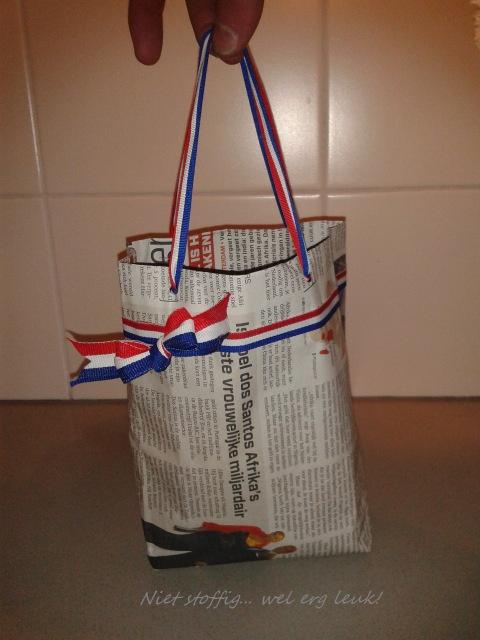 Cadeautasje van krantenpapier.