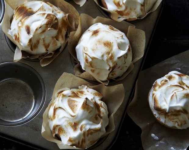 Der er tre lag oplevelser i de små citrontærter: tærtebund, sødsyrlig citroncreme og 'let som en sky'-marengs. Få opskriften på de uimodståelige minitærter her!