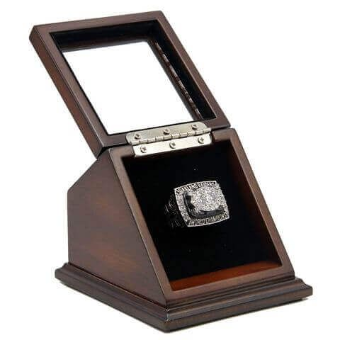 NFL 1980 Super Bowl XV Los Angeles/Oakland Raiders Championship Replica Fan Ring with Wooden Display Case reminds you the great moment of Oakland Raiders In 1981, defeated Eagles by 27: 10 and won the Super Bowl XV at Louisiana Superdome, New Orleans, Louisiana for 1980 season