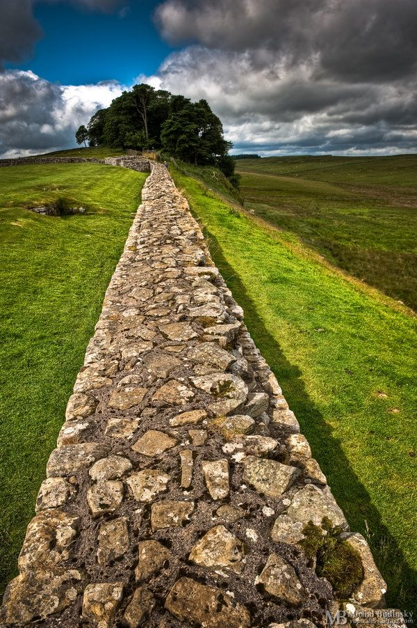 beautiful-portals:    landscapelifescape:    Hadrian's Wall,  Hexham, England  Begun in 122 AD, the wall was built right across England by the Romans to define the northern border of the Roman Empire.  Hadrian's Wall by Michal Budínsky