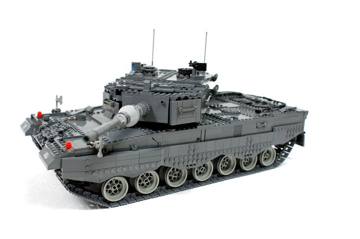 1/18 model of a German Main Battle Tank, features torsion bars suspension, rotating turret, rotating commander's cupola, self-levelling main gun, gunner's gun counter-rotation system, l…