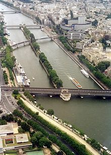 Vue vers laval depuis la Tour Eiffel, montrant, de bas en haut, le pont de Bir-Hakeim, le pont Rouelle, le pont de Grenelle et le pont Mirabeau