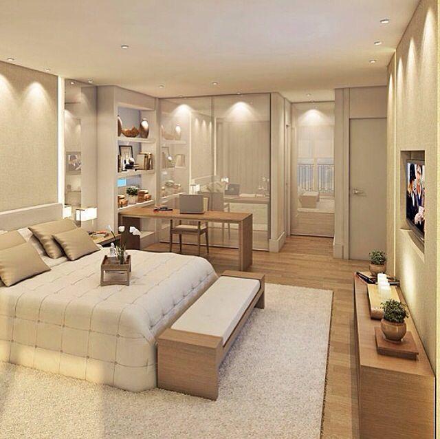 Lâmpadas dicróicas distribuídas pelos cantos do quarto com ângulo pequeno de iluminação distribuído pelo quarto todo, sistema de destaque pelas paredes, TV e espelhos.