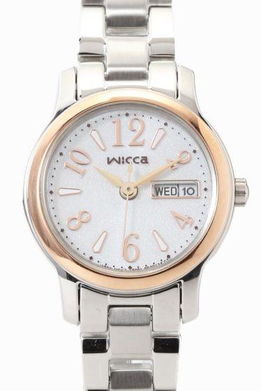 WICCA KH3-436-11  WICCA KH3-436-11 22680 CITIZEN WICCA(ウィッカ)より ソーラーテック搭載のデイデイトつきモデルのご紹介です どんなときも女の子の気分を上げキラキラさせてくれる 旬のカワイイがいっぱい詰まった腕時計です!!! 長く使えるベーシックデザイン デイデイト機能も付いて実用性に優れた機能とデザインを兼ね備えています のびやかなアラビアフォントのインデックスが視認性を保ちつつ さりげなくかわいい印象を与えてくれます 新生活を迎えるフレッシャーズにもおすすめのモデルです!! ソーラーテック 太陽や部屋の光などで充電可能 定期的な電池交換がいらないエコな腕時計です 素材ステンレス ムーブメントソーラー 防水性5気圧防水 保証書について 保証書は購入明細書納品書と合せて保管していただきますようお願いします 修理の際は保証書と購入明細書納品書を合わせてご提出ください