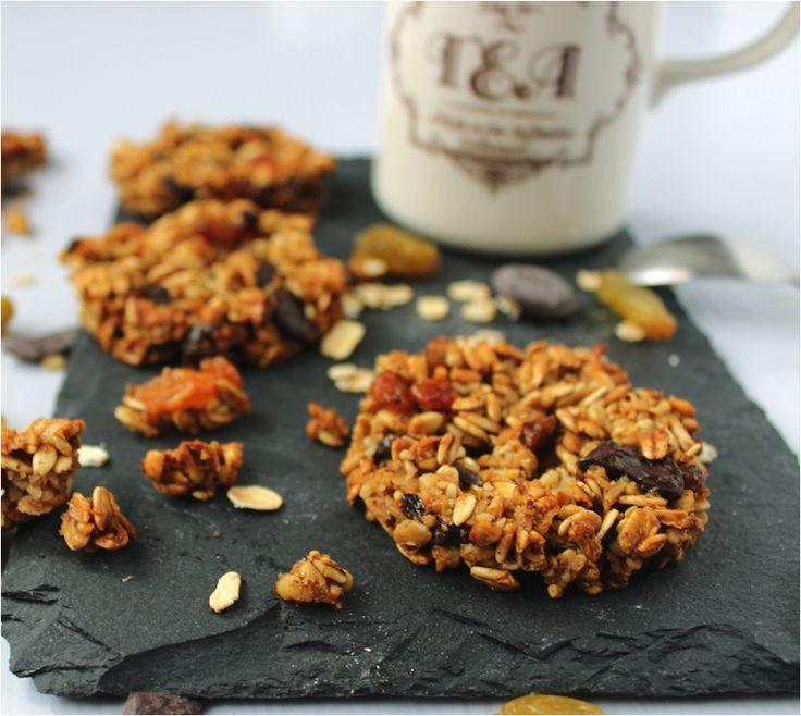 La recette des biscuits aux flocons d'avoine | La ligne gourmande - flocons d'avoine - sucre complet - raisins secs - jus de pomme - noisettes concassées - chocolat noir