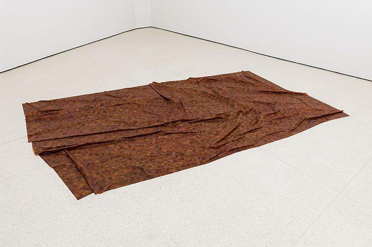 Doris Salcedo. A Flor de Piel. 2011–12 Instalción. Pétalos de rosa e hilo dimensiones (372.9 x 233.8 cm)