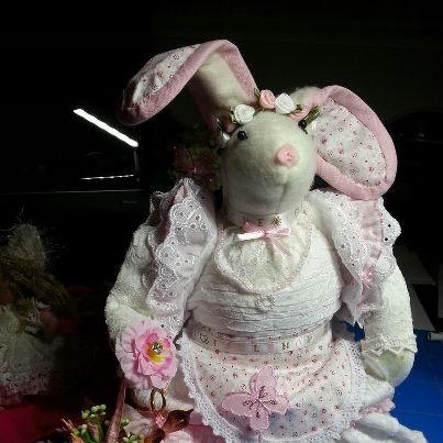 Staat in de etalage als pronstuk bij Tanja's hobbyhoek in Purmerend. VEEEEEL tijd aan besteed door de vele details. Mandje met bloemen, onderrok, kettingen, kralen, versieringen. Alles zelf met de hand gemaakt.