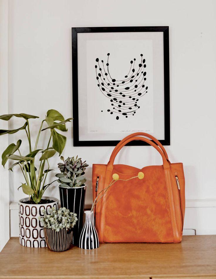 cute plant pots & artwork...great balck & white combo!