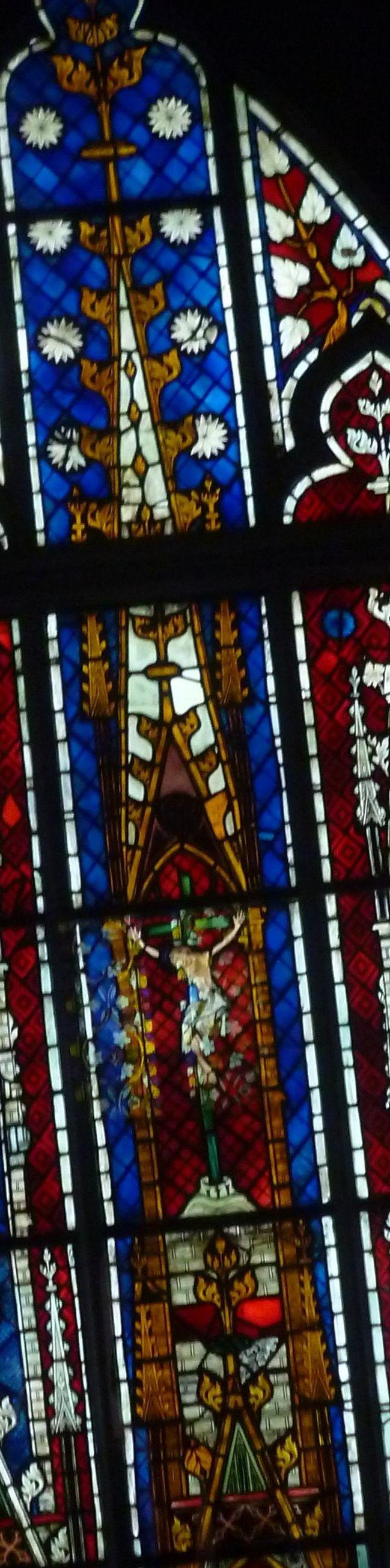 Vetrata da Mutzig (inizi IV sec.) con Crocifisso, Vergine e Sa Giovanni Evangelista. Strasbourg, musèe de l'oeuvre Notre-Dame