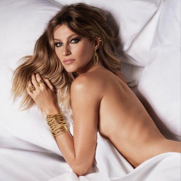 Gisele Bündchen posa nua na cama em campanha (Foto: Reprodução / Instagram)
