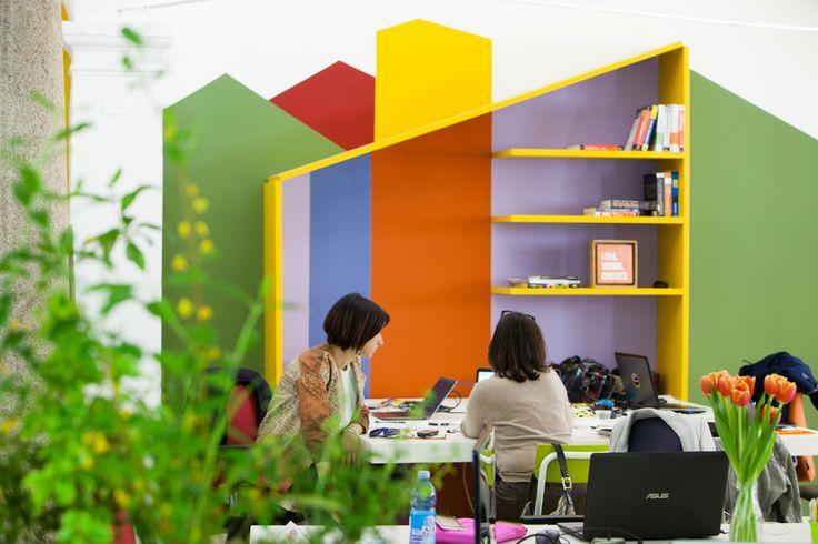 Colori, emozioni… Monforte! #Ufficiomanifesto #Lago #Arredamento #Cowork #Design #Fuorisalone #Tortona #Colori #sedie #Tavoli #work #casette