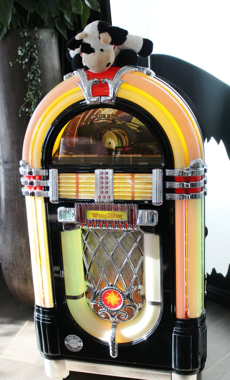 #Cowbassador having fun with the old jukebox in the hotel bar at Mövenpick Hotel Stuttgart Airport & Messe