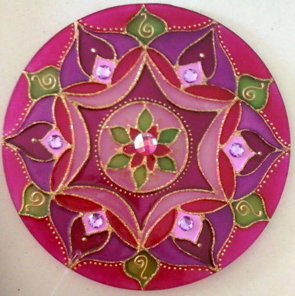 Mandala em acrílico de 15cm de diâmetro, pintura vitral, decorada com tinta relevo dourada e pedrinhas acrílicas em ambos os lados. R$ 27,00 by Mandalas em Vitral
