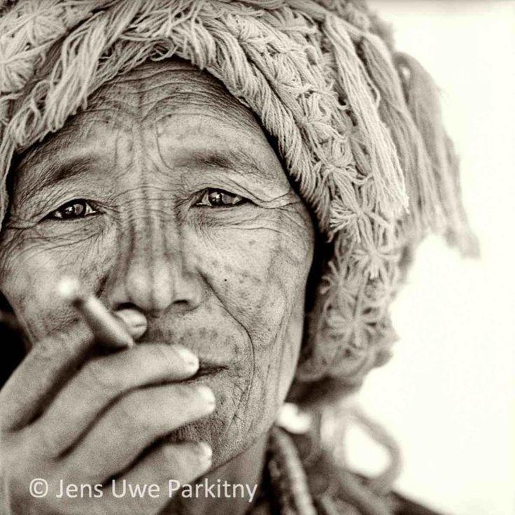 En images : les visages tatoués des femmes Chin en Birmanie