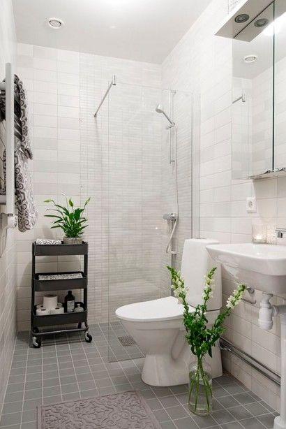 Sala de baño pequeña con ducha sin plato y decoración colonial
