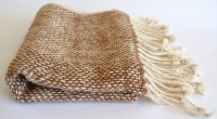 Chal tejido a telar Aymara con trama abierta, lo que le da una textura muy liviana. Hecho en lana de 100% deAlpaca, en colores blanco y vicuña natural. Diseño exclusivo. 60 cms de ancho - 224 cms de largo.