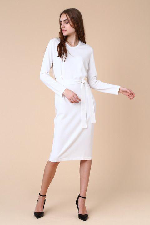 ベルト付きのニットワンピースです。女性らしい雰囲気のミディ丈で今年らしいトレンドさもプラスさせました。ベルトは取り外し可能なのでお洋服に合せて変えて楽しんで。ワンピースとして着るのはもちろん、今年はパンツと合わせたスタイルがおすすめです。きれいめカジュアルにも、ラフなスタイルも楽しめます