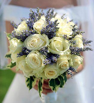 SPOSA ROMANTICA CON ROSE E LAVANDA Esistono moltissime varietà di rose: scegli quella che è capace di scuotere la tua emozione! Puoi abbinarla all'ortensia, voluminosa e dai colori coinvolgenti o alla lavanda odorosa, per un bouquet dall'anima romantica! #whiteweddingitaly #bouquet #sposabouquet
