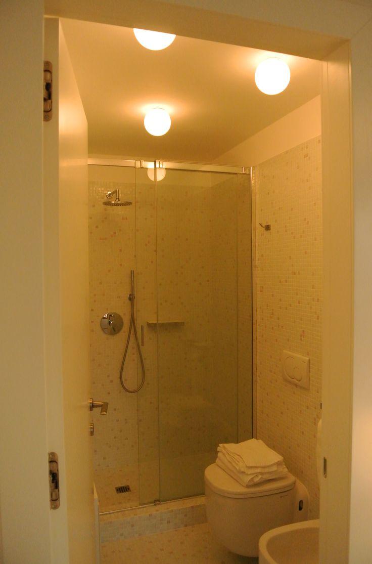 Doccia con mosaico a parete. Un ambiente intimo e dotato di ogni comfort #architettura #interni