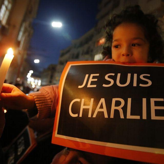 Una bambina durante una manifestazione a sostegno di #CharlieHebdo davanti all'ambasciata francese a #Rabat, Marocco