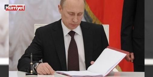 Putinden Suriye kararı! İmzaladı : Rusya Devlet Başkanı Putin Rusyaya Suriyedeki askeri üssü sonsuza kadar kullanma yetkisi veren anlaşmayı onayladı. Anlaşma ile Rus uçakları ve askerleri üsse süresiz olarak yerleşebilecek. Bu anlaşma ile Putinin Suriyedeki varlığı süresiz olarak garanti altına alınmış oldu.  http://ift.tt/2eal4ok #Dünya   #Putin #Suriye #süresiz #Rusya #uçakları