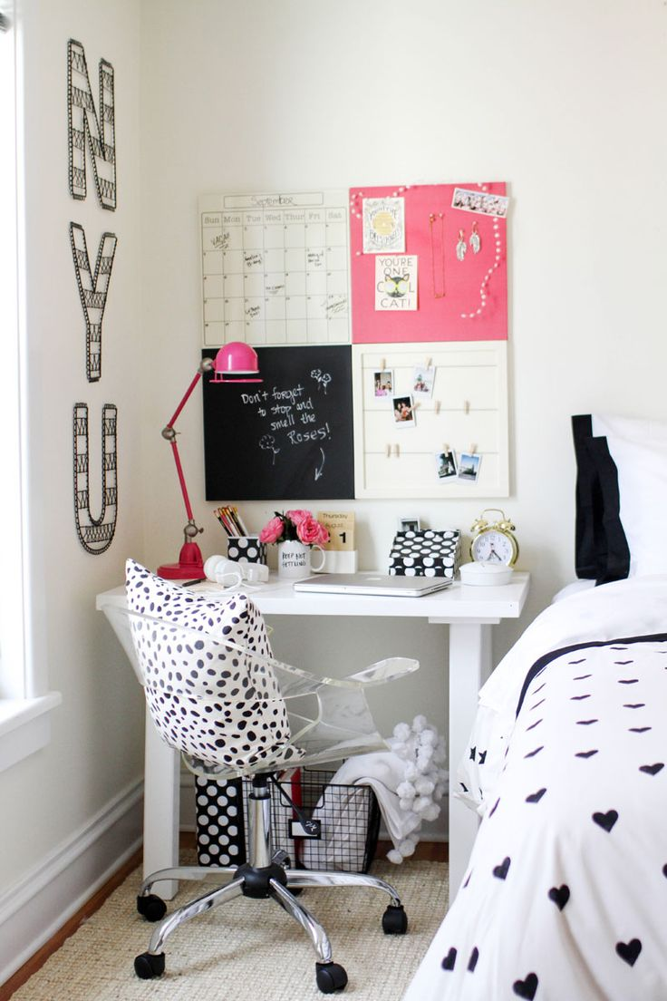 O cantinho do estudo não precisa ser básico! Almofadas com estampas divertidas são uma ótima opção.
