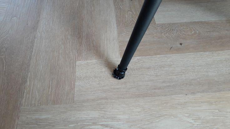 Heeft u de juiste anti-scratch stoel voetjes? Voorkomen van krassen door middel van de juiste bescherming aan de onderkant van de meubels. Bescherm je pvc/laminaat/parket vloer op de juiste manier.