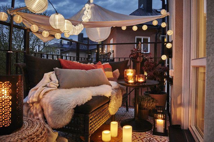 Gemütliche Abendstimmung mit Beleuchtung, Fellen und Sonnensegel - Planungswelten www.planungswelten.de